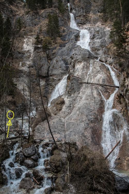 Der Sulzer-Wasserfall mit einem kleinen Menschlein