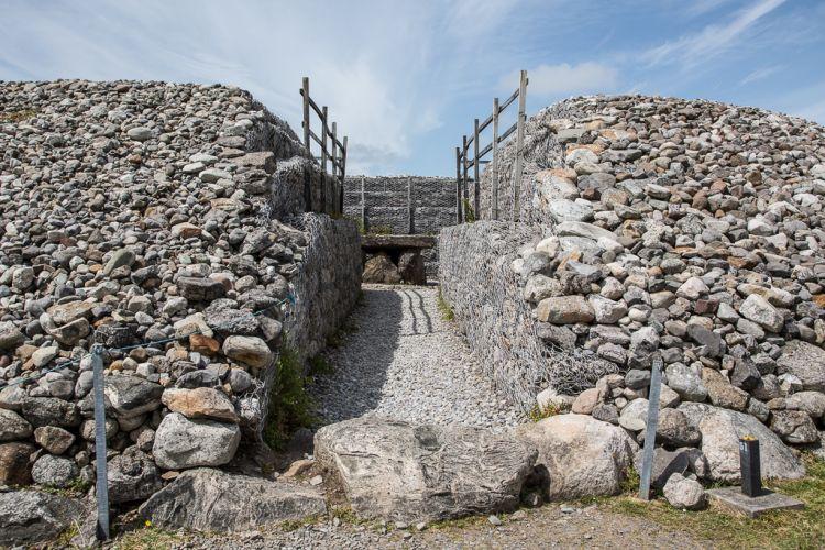 Eingang in das Cairn mit Blick auf den Dolmen.