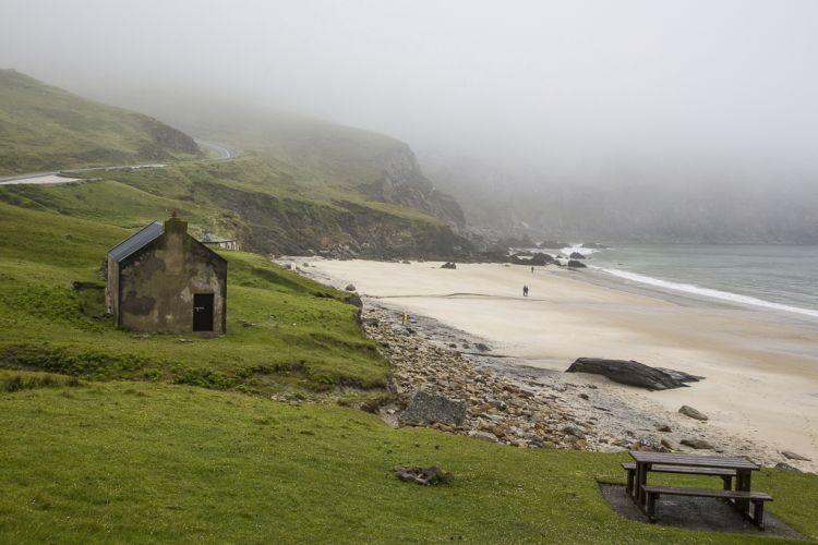 Oben Nebel, unten Strand. Und eine Brotzeitbank