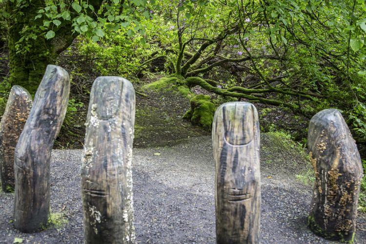 Die Finger der (rechten) Hand von Mutter Erde - ein Kunstwerk am Wegrand
