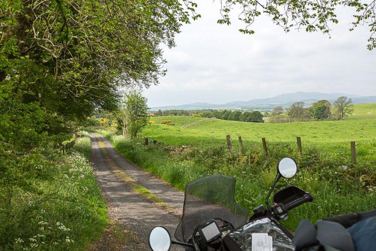 Von der A75 geht's direkt auf eine kleine Single-Track-Road...