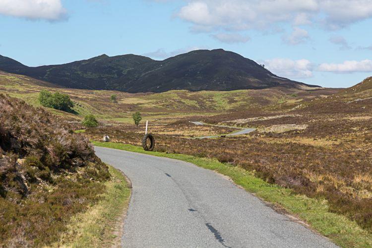 Die Straße schwingt sich sanft durch die Hügel
