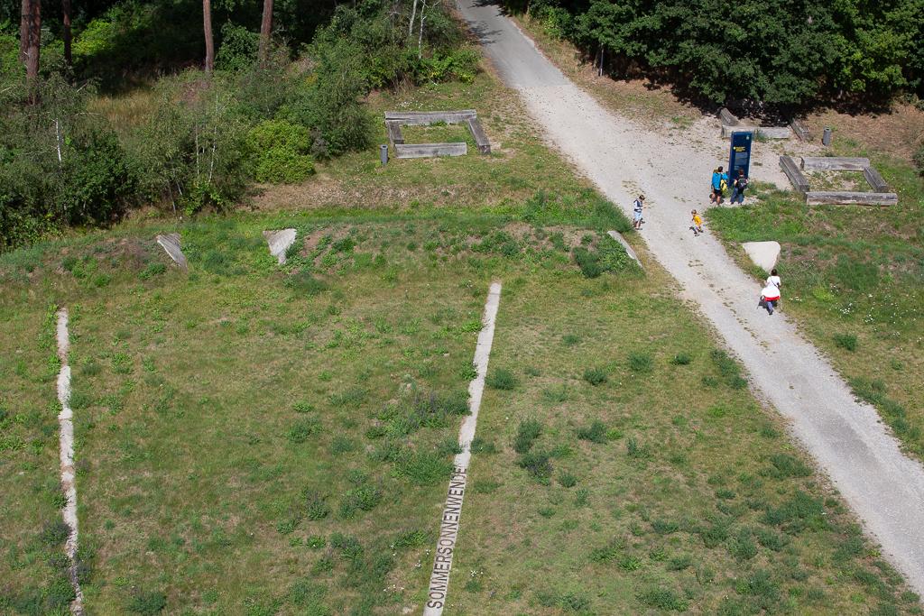 Blick vom Aussichtsturm – die astronomisch bedeutsamen Richtungen sind durch Streifen im Gelände dargestellt